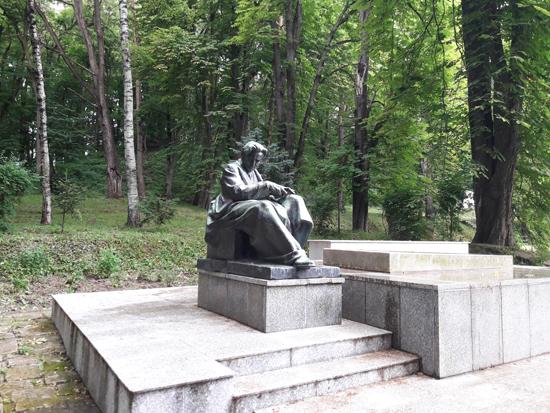 Tescani_Enescu-monument